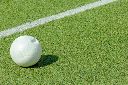 pasto sintetico: pelota verde campo de deportes de c�sped sint�tico con la l�nea blanca disparo Foto de archivo