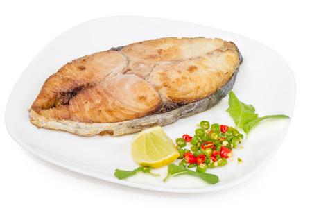 king: Rey caballa filete sobre fondo blanco, pescado frito