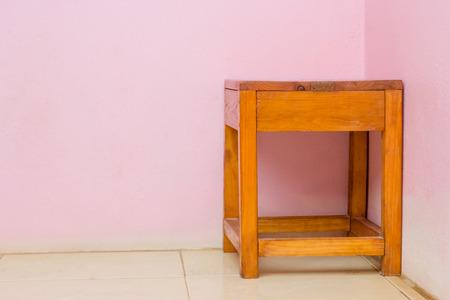 silla de madera: silla de madera de color marrón con paredes de color rosa