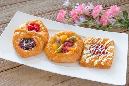 pasteles: pasteles daneses con las frutas en el plato blanco