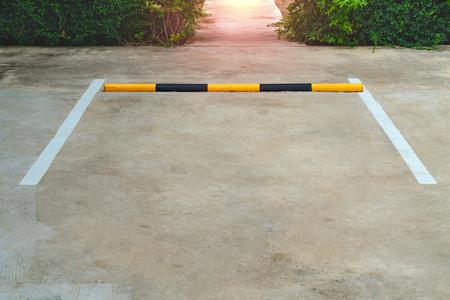 Linee di parcheggio su sfondo concreto Archivio Fotografico - 107243968