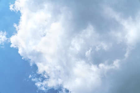 White cloud and blue sky background with copy space 免版税图像