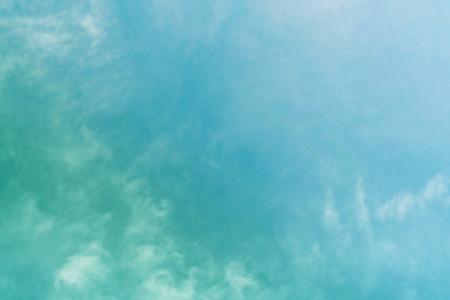 Hintergrund der weißen Wolke und des blauen Himmels mit Kopienraum