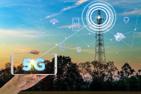 hand met mobiele smartphone met behulp van 5G-netwerkinterface en pictogram Stockfoto