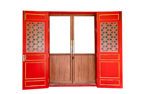 porta di legno rossa di stile cinese isolata su fondo bianco,percorso di ritaglio