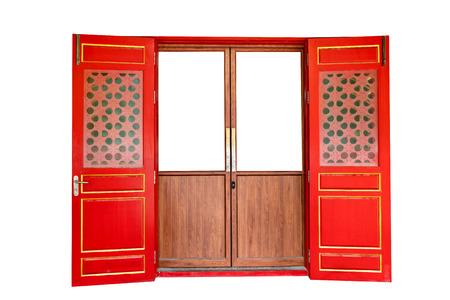 Puerta de madera roja de estilo chino aislado sobre fondo blanco, trazado de recorte