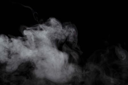 Efecto de humo o polvo abstracto aislado sobre fondo negro, fuera de foco