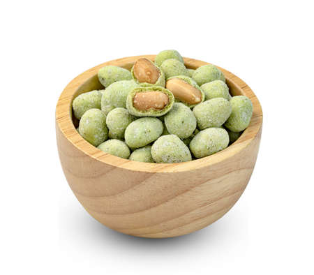 peanuts nori wasabi flavour coated in wooden bowl isolated on white background Banque d'images