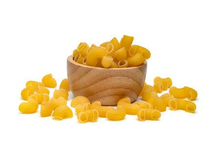 raw macaroni pasta with wooden bowl isolated on white background Standard-Bild