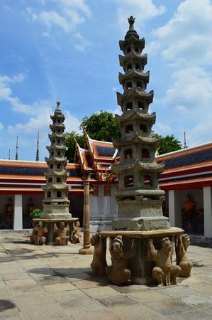 stupas: Stupa di pietra cinesi, Wat Pho, Bangkok, Thailandia
