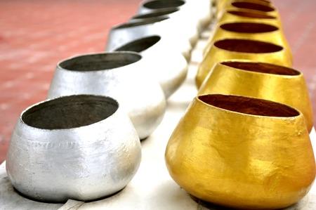 limosna: Cuenco de las limosnas budista