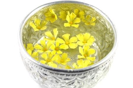 태국어 실버 그릇에 떠있는 Balsam 사과 꽃
