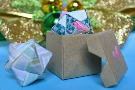 Modular origami sonobe ball and box on blue background 版權商用圖片