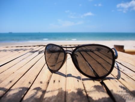 vasos de agua: relajarse en verano con gafas de sol en la playa