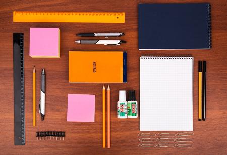 articulos oficina: Escritorio de oficina con regla gafas pluma l�piz y otros art�culos de oficina Foto de archivo