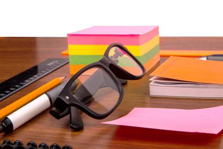 articulos de oficina: Escritorio de oficina con regla gafas pluma l�piz y otros art�culos de oficina Foto de archivo