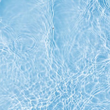 青のきれいな水の波状パターンの背景。