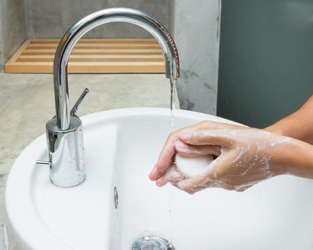 手を石鹸で洗われます。