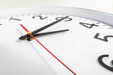 時計や時刻の抽象的な背景。赤と黒の針で白い時計