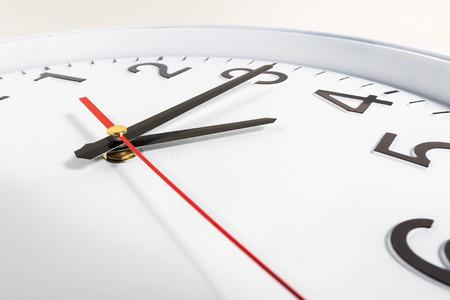 reloj: Reloj o el tiempo de fondo abstracto. reloj blanco con agujas rojas y negras