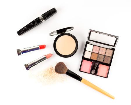 mujer maquillandose: Cosméticos establecidos en el fondo blanco.