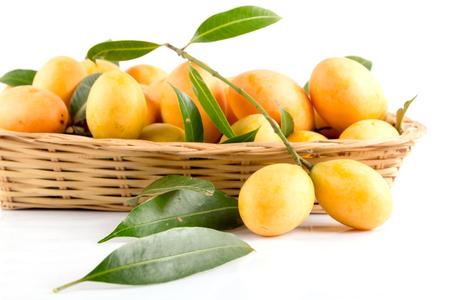 zoete Marian pruim thai fruit op een witte achtergrond (Mayongchid Maprang Marian Plum en Plum Mango, Thailand) Stockfoto