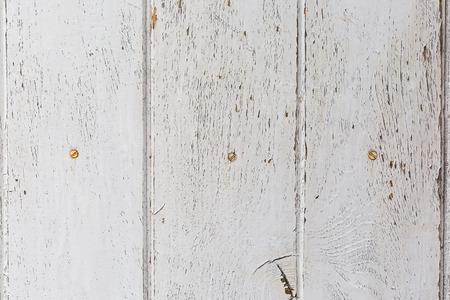 ウッド テクスチャを表示色あせた白ペイントで風化の苦しめられた素朴な木の木製の背景。