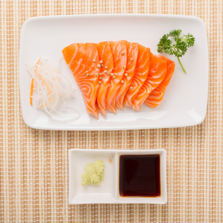 醤油とわさび、日本食を黒い板サーモン刺身スライス