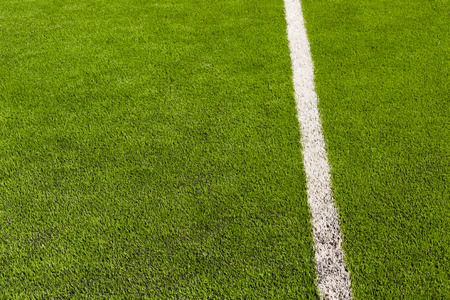 pasto sintetico: synthetic grass of football (soccer) sport field. Pattern of green artificial turf
