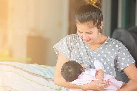 Mooie gelukkige moeder borstvoeding haar baby.