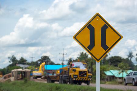Smal brugteken met vrachtwagen die brugachtergrond herstellen.