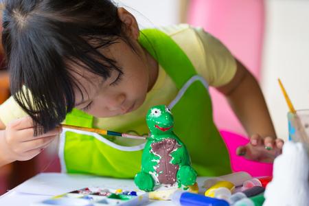 アジアの女の子は、石膏人形の塗装。 写真素材