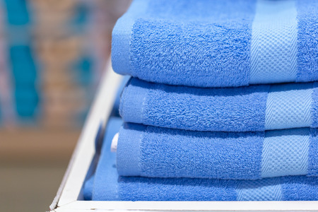 multicolored towels on the shelves. 版權商用圖片