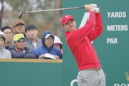 jack of clubs: United States Team Player Jimmy Walker action on the 4th green during the PGA Tour President Cup Single Match at Jack Nicklaus GC in Incheon, South Korea.