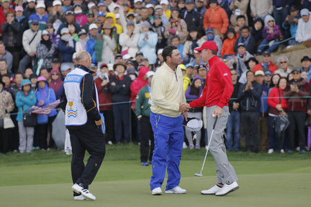 jack of clubs: International Team Player Steven Bowditch and United States Player Jimmy Walker shake hands after match finished on the 18th hall during the PGA Tour President Cup Single Match at Jack Nicklaus GC in Incheon, South Korea. Editorial