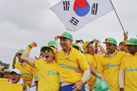 pga: International Team player Sangmoon, Charl, Danny, Anirban take a picture with cheer mans after match finished on the 18th green during the PGA Tour President Cup Single Match at Jack Nicklaus GC in Incheon, South Korea. Editorial