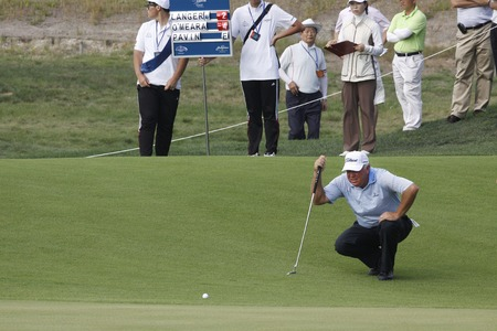 pga: Mark OMeara of USA, 18th hall check his putting line during the PGA Tour Songdo IBD championship first round at Jack Nicklaus golf club in Incheon, west of Seoul, on Sep 16, 2011, South Korea.