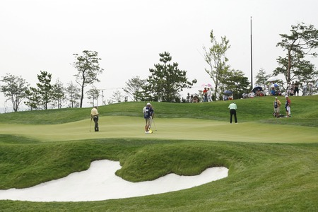Keith Fergus of USA, 8th hall putt during the PGA Tour Songdo IBD championship second round at Jack Nicklaus golf club in Incheon, west of Seoul, on Sep 17, 2011, South Korea.