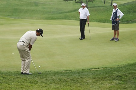 putt: Tom Purnice Jr. of USA (L), 8th hall putt during the PGA Tour Songdo IBD championship second round at Jack Nicklaus golf club in Incheon, west of Seoul, on Sep 17, 2011, South Korea.