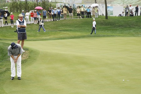 pga: David Peoples of USA (L) 8th hall putt during the PGA Tour Songdo IBD championship second round at Jack Nicklaus golf club in Incheon, west of Seoul, on Sep 17, 2011, South Korea.