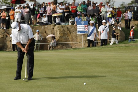 pga: Mark OMeara of USA, 18th hall putt during the PGA Tour Songdo IBD championship final round at Jack Nicklaus golf club in Incheon on Sep 18, 2011.