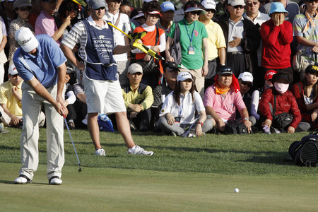 pga: Jay Don Blake of USA, 10th hall putt during the PGA Tour Songdo IBD championship final round overtime at Jack Nicklaus golf club in Incheon on Sep 18, 2011.