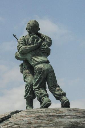 Estatua de los hermanos en el Monumento a los caídos de Corea, Yongsan-dong, Seúl, Corea del Sur.