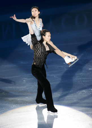 Chinas Qing Pang and Jian Tong perform on the ice during the gala exhibition of the ISU Grand Prix of Skating Final Exhibition 20082009 in Goyang near Seoul December 14, 2008. 新聞圖片