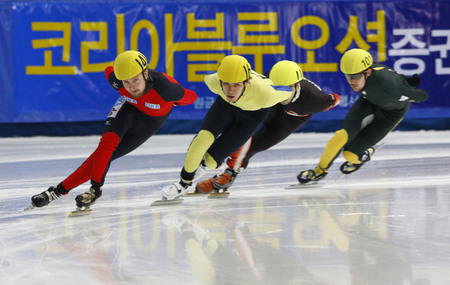 Herrmann Paul, the front, of the mens men competed in the mens mens 1000-meter pre-preliminaries of the 2009 ISU World Cup Short Track Speed ??Skating Championships on September 25, 2009 in Seoul, South Korea.