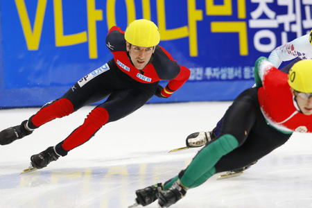 Praus Sebastian, left, of the men's men competed in the men's men's 1000-meter pre-preliminaries of the 2009 ISU World Cup Short Track Speed ??Skating Championships on September 25, 2009 in Seoul, South Korea. Banco de Imagens - 79844754