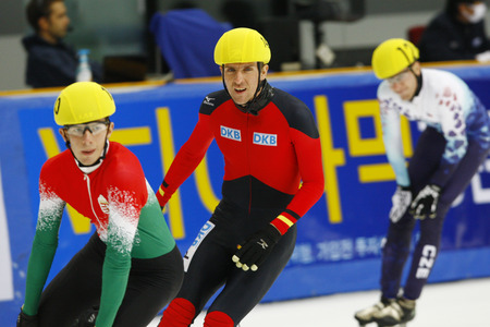 Praus Sebastian, center, of the men's men competed in the men's men's 1000-meter pre-preliminaries of the 2009 ISU World Cup Short Track Speed ??Skating Championships on September 25, 2009 in Seoul, South Korea. Banco de Imagens - 79844758
