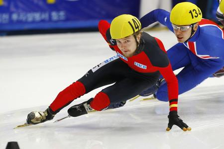 Herrmann Paul, the front, of the men's men competed in the men's men's 1000-meter heats of the 2009 ISU World Cup Short Track Speed ??Skating Championships on September 25, 2009 in Seoul, South Korea. Banco de Imagens - 79844793