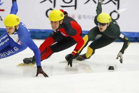 Praus Sebastian, center, of the mens men competed in the mens mens 1000-meter heats of the 2009 ISU World Cup Short Track Speed ??Skating Championships on September 25, 2009 in Seoul, South Korea.