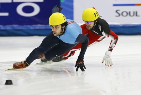 heats: Lobello Anthony, the front, of the mens mens 1000-meter heats of the 2009 ISU World Cup Short Track Speed ??Skating Championships on September 25, 2009 in Seoul, South Korea.
